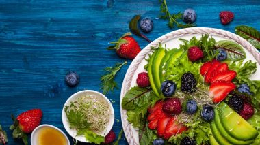 Salat mit Obst in einer peganen Ernährung