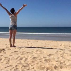 Yoga geht überall - auch am Strand