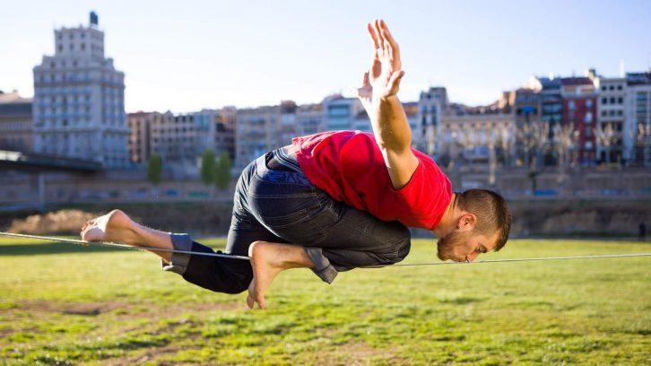 Achtsamkeit durch Sport lernen, zum Beispiel durch Slacklining