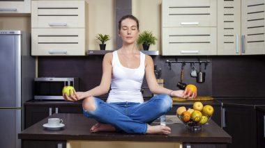 Yoga und gesundes essen vereint im Konzept von Eat Train Love