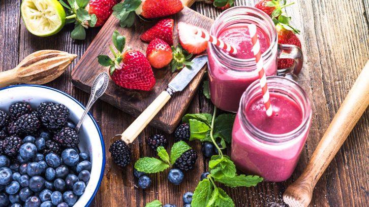 Kein Hungergefühl nach dem Essen durch gesundes Frühstück mit Beerensmoothie