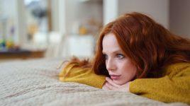 Junge Frau bekämpft ihre Depression ohne Medikamente