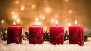 Rote Kerzen für gutes Feng Shui an Weihnachten