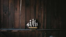 Ein Modellschiff repräsentiert positive Wünsche