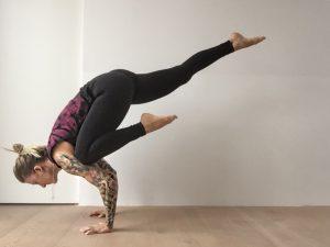 Die einbeinige Yoga Krähe