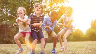 Kindersport - Kinder beim Tauziehen