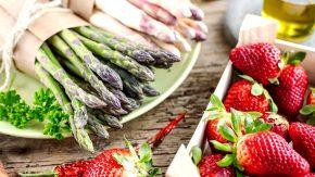 Saison Gerichte im April mit Spargel und Erdbeeren