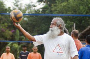 Sadhguru mit Basketball